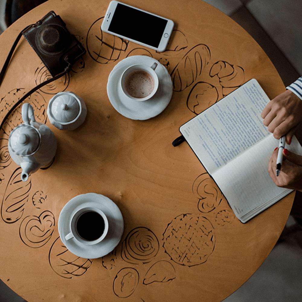 Schrijver aan tafel instagram bootcamp dag